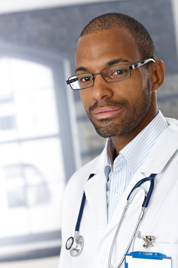 Portret przystojny lekarz medycyny obraz royalty free