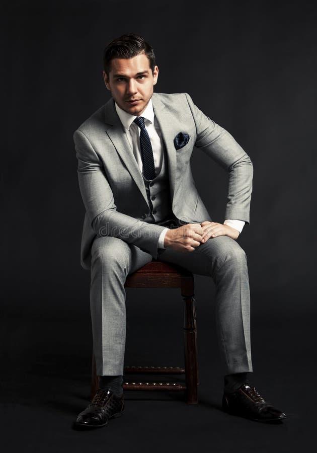 Portret przystojny mężczyzna obsiadanie w karle zdjęcie royalty free