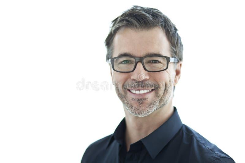 Portret Przystojny mężczyzna ono Uśmiecha się Przy kamerą Odizolowywający na bielu Z szkłami obrazy royalty free