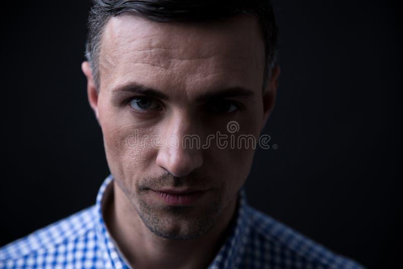 Download Portret Przystojny Mężczyzna Patrzeje Kamerę Zdjęcie Stock - Obraz złożonej z elegancki, jeden: 53789004