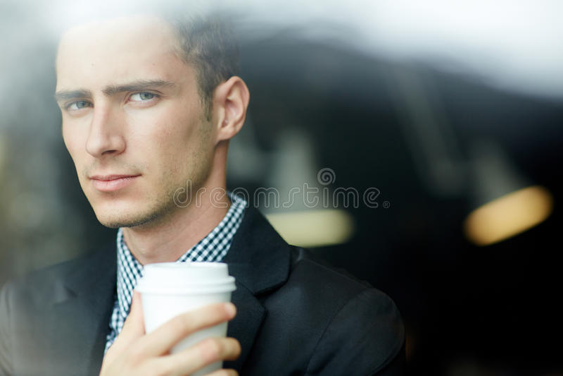 Portret przystojny mężczyzna przez okno zdjęcia stock