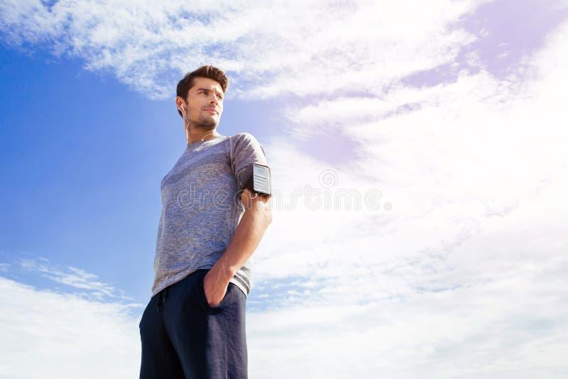 Portret przystojny mężczyzna w sportach jest ubranym obrazy stock