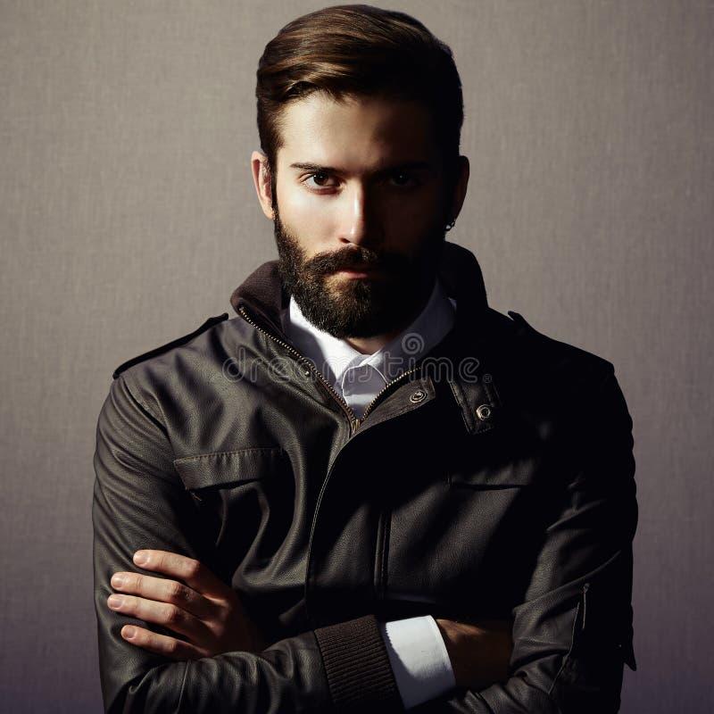 Portret przystojny mężczyzna z brodą obrazy stock
