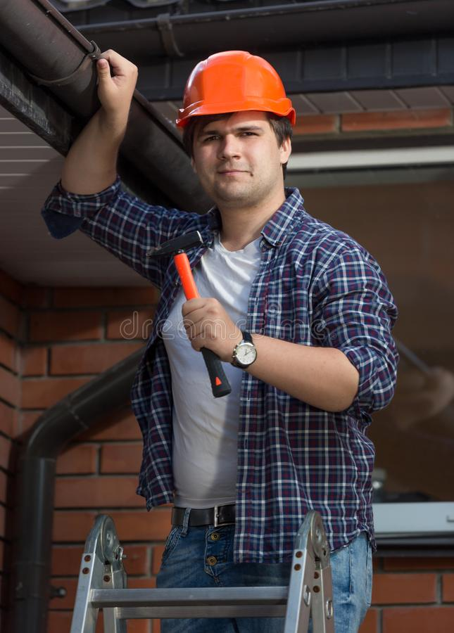 Portret przystojny męski pracownik w ochronnym hełma naprawiania domu zdjęcia royalty free