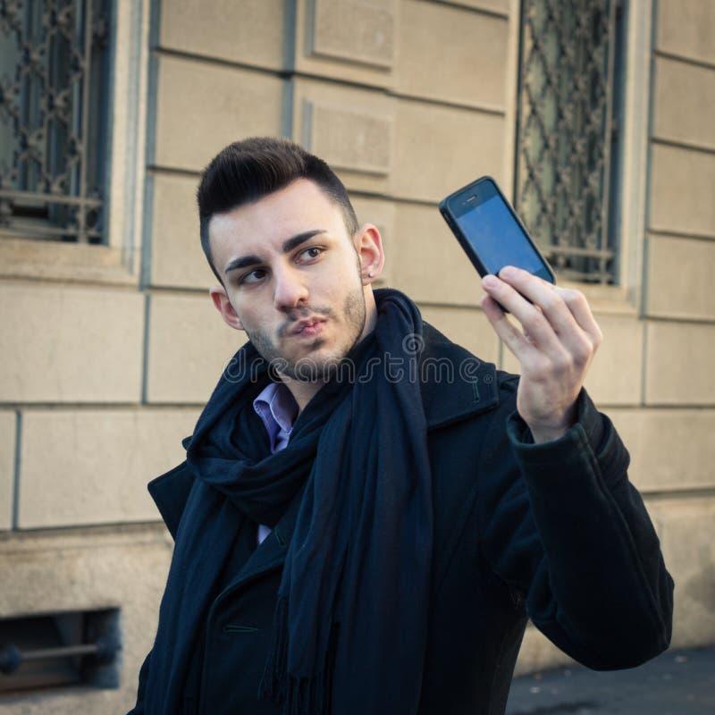 Portret przystojny młody człowiek bierze selfie fotografia royalty free