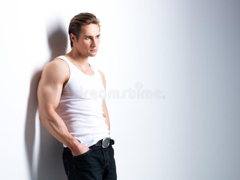 Portret przystojny młody człowiek w białej koszula obraz stock