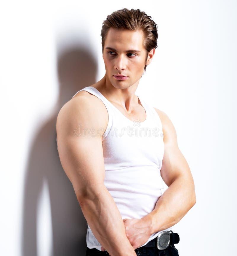 Portret przystojny młody człowiek w białej koszula zdjęcie stock