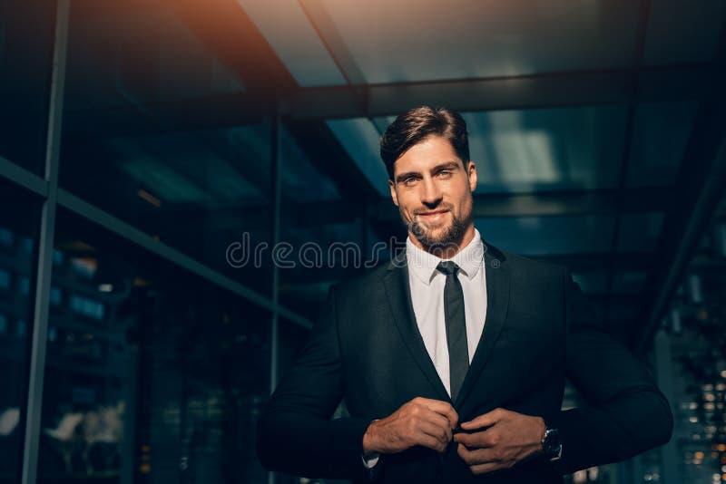 Portret przystojny młody człowiek w garniturze zdjęcie royalty free
