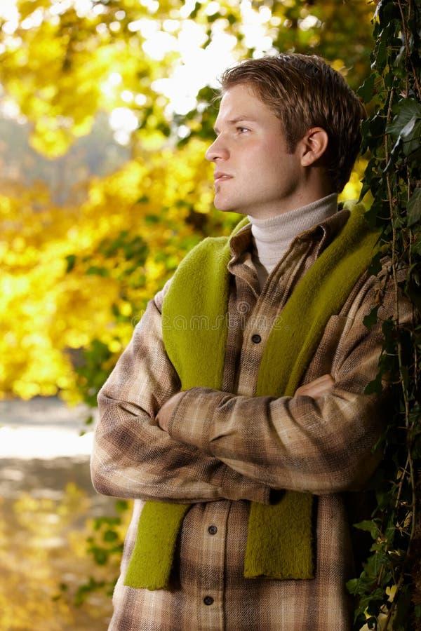Portret przystojny młody człowiek w jesień parku zdjęcie stock