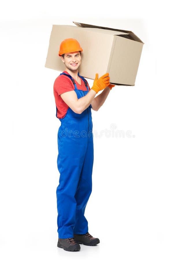 Przystojny młody doręczeniowy mężczyzna z papierowymi pudełkami obraz stock