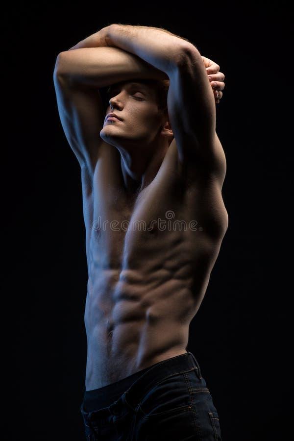 Portret przystojny miedzianowłosy atleta toples przy obraz royalty free