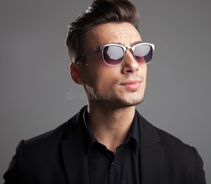 Portret przystojny moda mężczyzna patrzeje popierać kogoś z okularami przeciwsłonecznymi zdjęcie stock