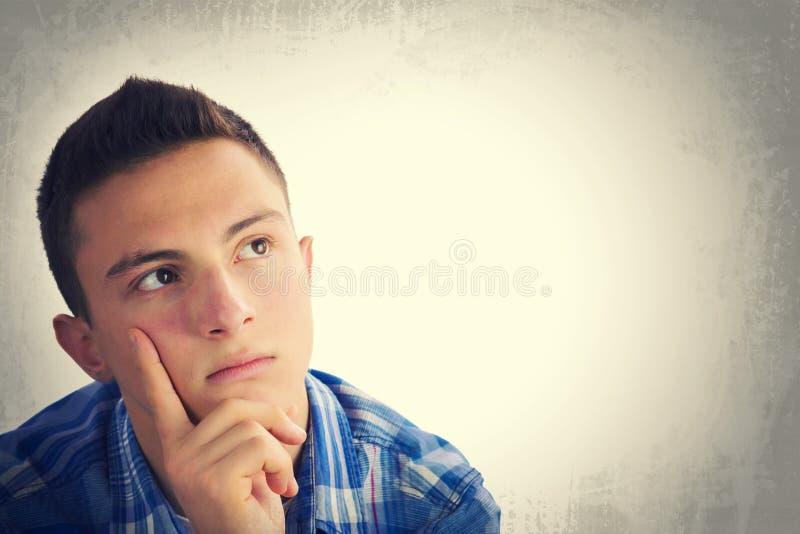 Portret przystojny nastoletniego chłopaka główkowanie zdjęcie royalty free
