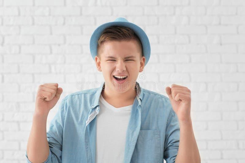 Portret przystojny pomyślny młody człowiek przeciw białej ścianie z cegieł obrazy royalty free