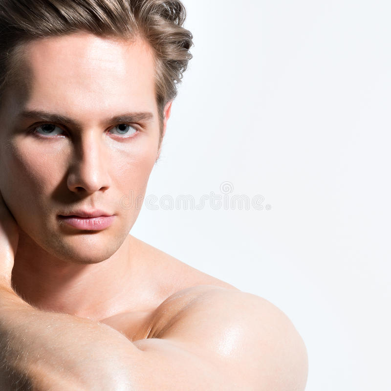 Portret przystojny seksowny mięśniowy mężczyzna. fotografia royalty free