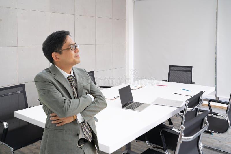 Portret przystojny starszy biznesowy mężczyzna przy biurem royalty ilustracja