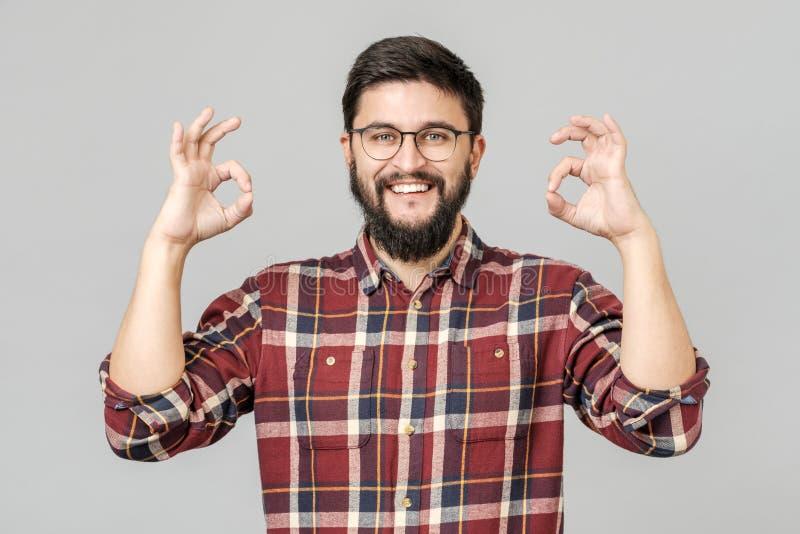Portret przystojny z podnieceniem mężczyzna uśmiecha się ok znaka i pokazuje obraz royalty free