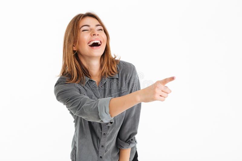 Portret radosna ładna dziewczyna wskazuje palcowy oddalonego obraz stock