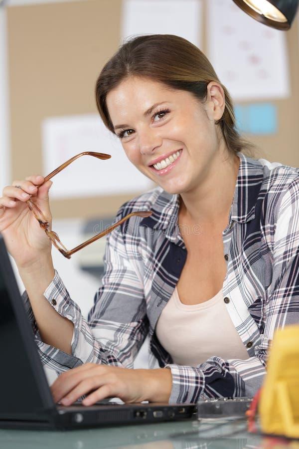 Portret radosna dziewczyna pracuje w biurze obrazy royalty free