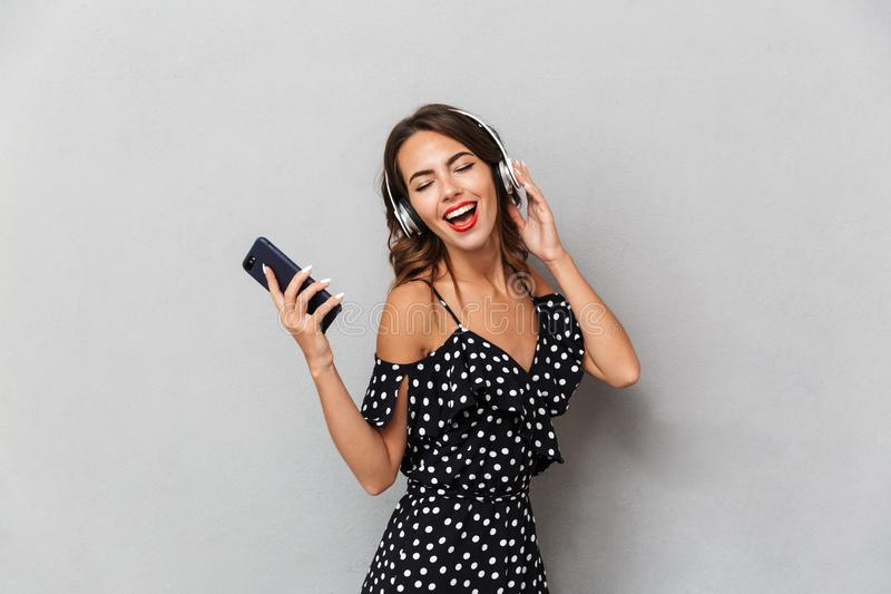Portret radosna młoda dziewczyna zdjęcie royalty free
