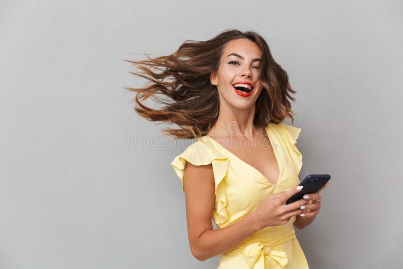 Portret radosna młoda dziewczyna w smokingowej pozyci zdjęcia royalty free