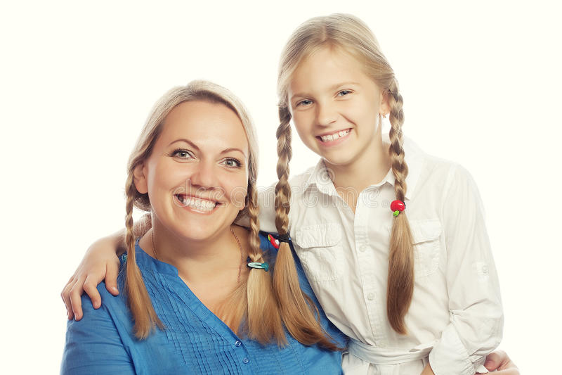Portret radosna matka i jej córka ono uśmiecha się przy przychodził obraz stock