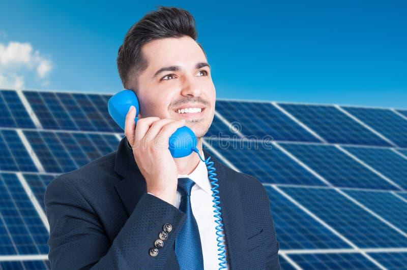 Portret radosny biznesowy mężczyzna opowiada na telefonie zdjęcia stock