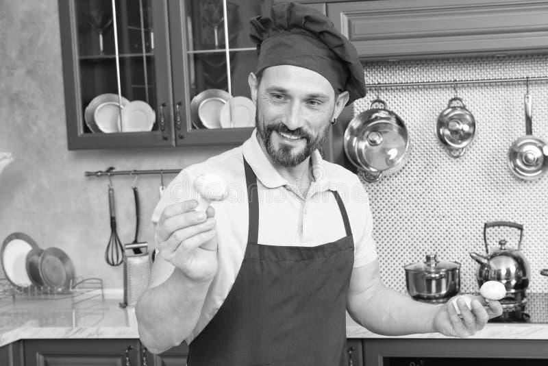 Portret radosny brodaty kucharz z pieczarką w ręce zdjęcia royalty free