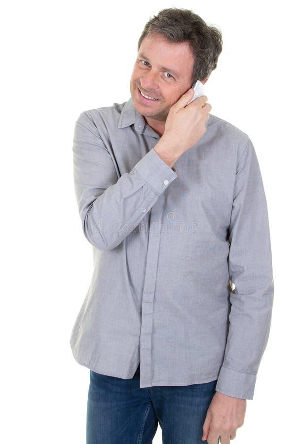 Portret radosny młodego człowieka mienia telefon komórkowy zdjęcia stock