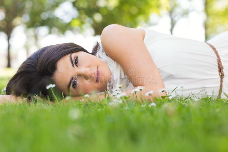 Portret relaksuje na obszarze trawiastym piękna kobieta zdjęcie stock
