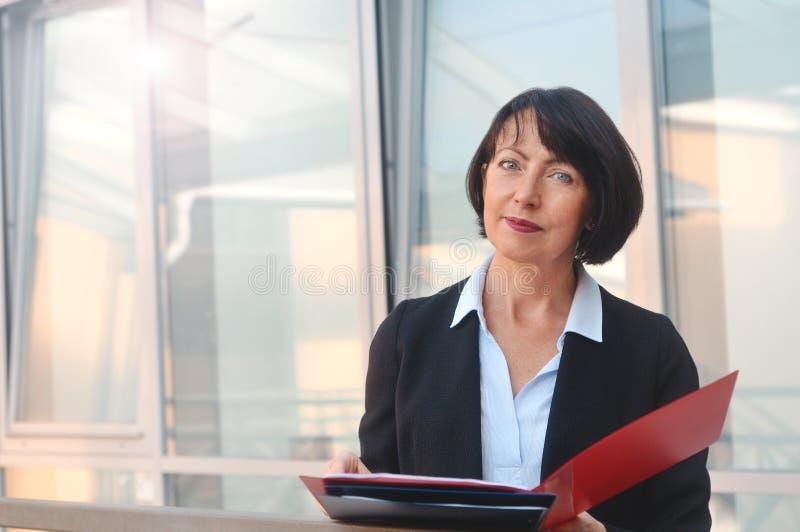 Portret rijpe bedrijfsvrouw met een omslag van documenten royalty-vrije stock afbeelding