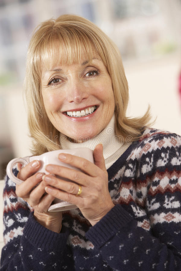 Portret rijpe vrouw die thuis ontspannen royalty-vrije stock afbeeldingen