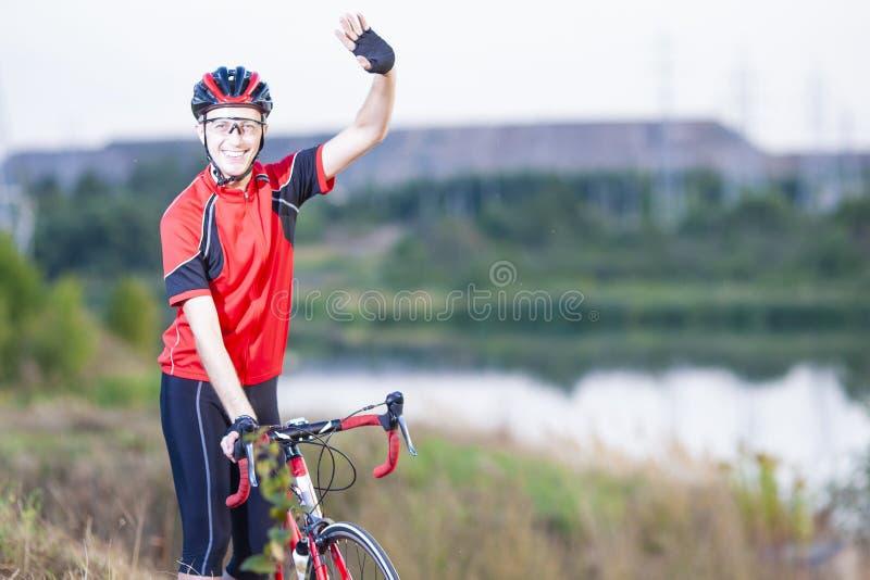 Portret Robić sportowowie Z Drogowym rowerem Outdoors Pokazuje wysokość Pięć zdjęcia stock