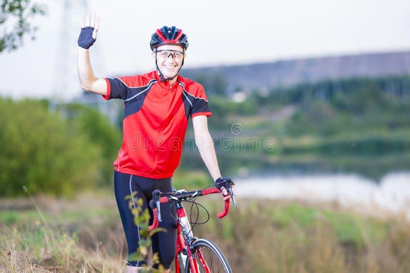 Portret Robić sportowowie Z Drogowym rowerem Outdoors Pokazuje wysokość Pięć obrazy stock