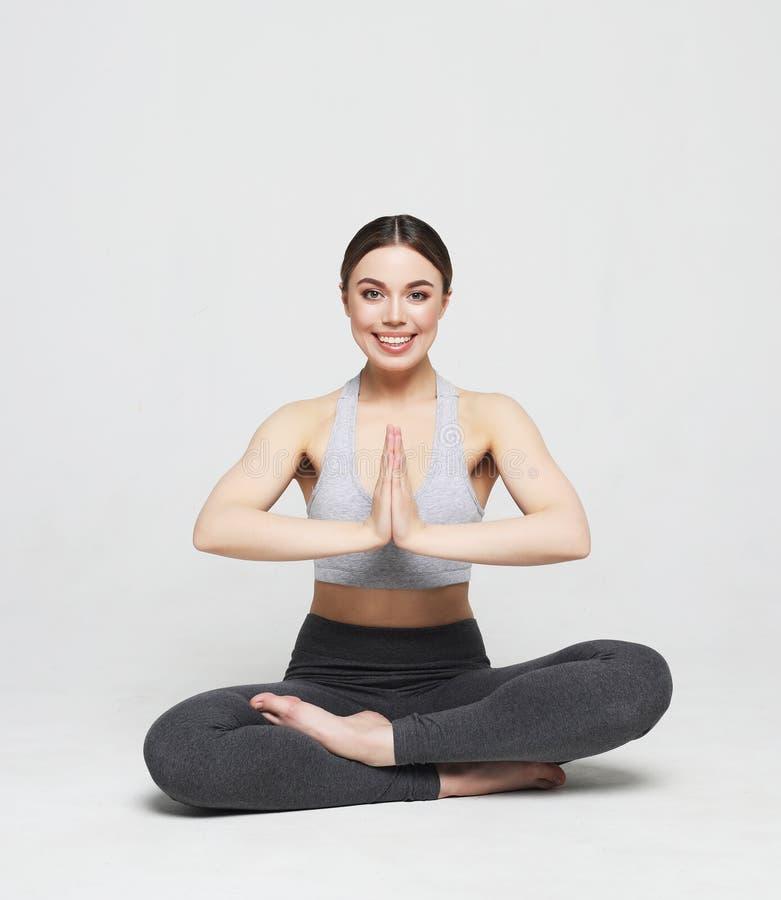 Portret robi joga atrakcyjna kobieta, pilates nad jasnopopielatym tłem Zdrowy styl ?ycia i sporta poj?cie zdjęcie stock