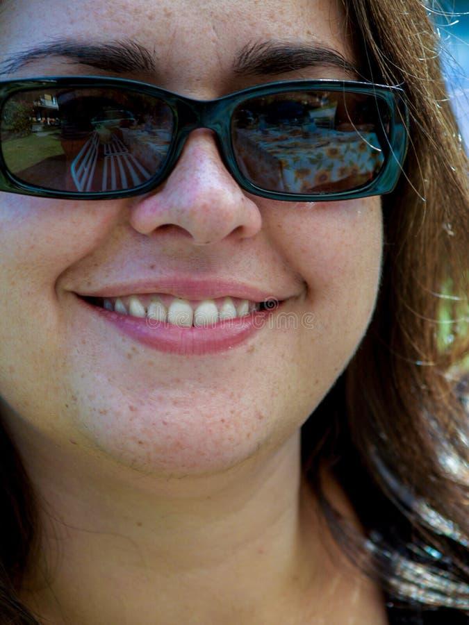 Portret 30 roczniaka dziewczyna z ciemnymi szkłami samotnymi, ono uśmiecha się zdjęcia royalty free