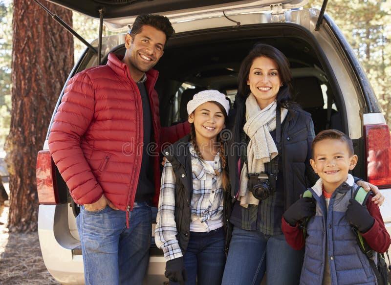 Portret rodzina outdoors stoi przy otwartym samochód z powrotem obraz royalty free