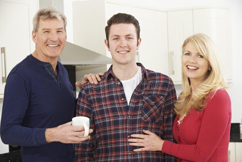 Portret rodzina Z Dorosłym synem W Domu zdjęcie royalty free