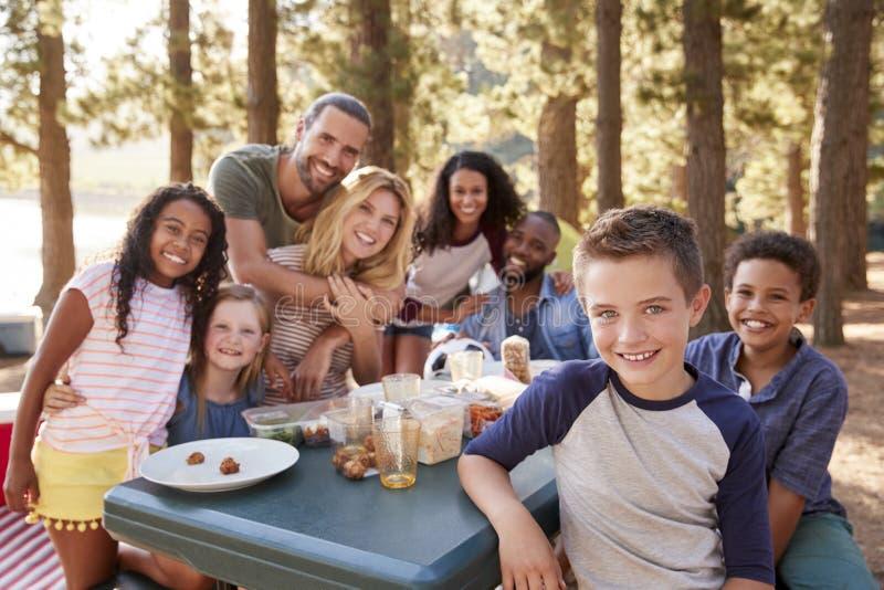 Portret rodzina Z przyjaciółmi Obozuje jeziorem W lesie obraz stock