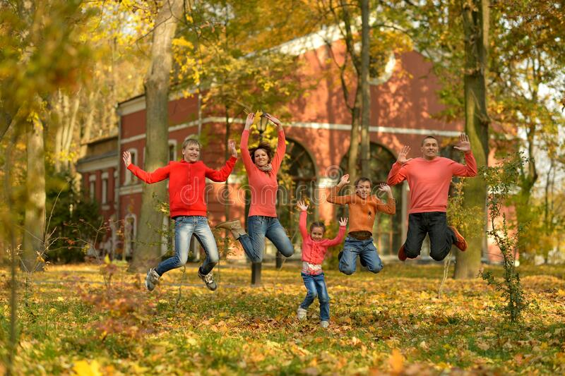 Portret rodzinnego relaksu w skoku jesiennym zdjęcie royalty free
