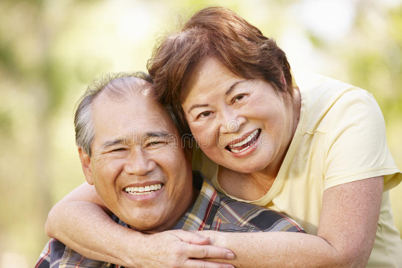 Portret romantisch hoger Aziatisch paar in openlucht royalty-vrije stock afbeelding