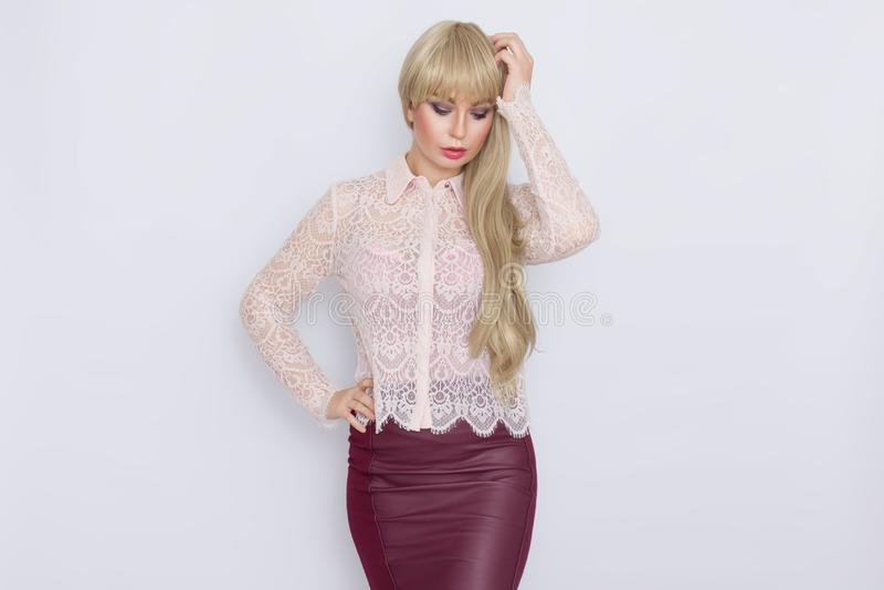 Portret romantyczna blondynki kobieta w różowej bluzce i zmroku - czerwieni spódnica obraz stock