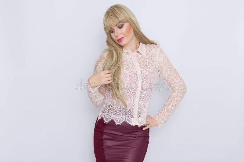 Portret romantyczna blondynki kobieta w różowej bluzce i zmroku - czerwieni spódnica obraz royalty free
