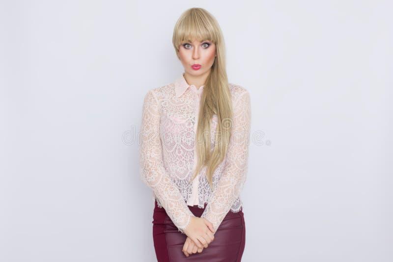 Portret romantyczna blondynki kobieta w różowej bluzce i zmroku - czerwieni spódnica obrazy stock