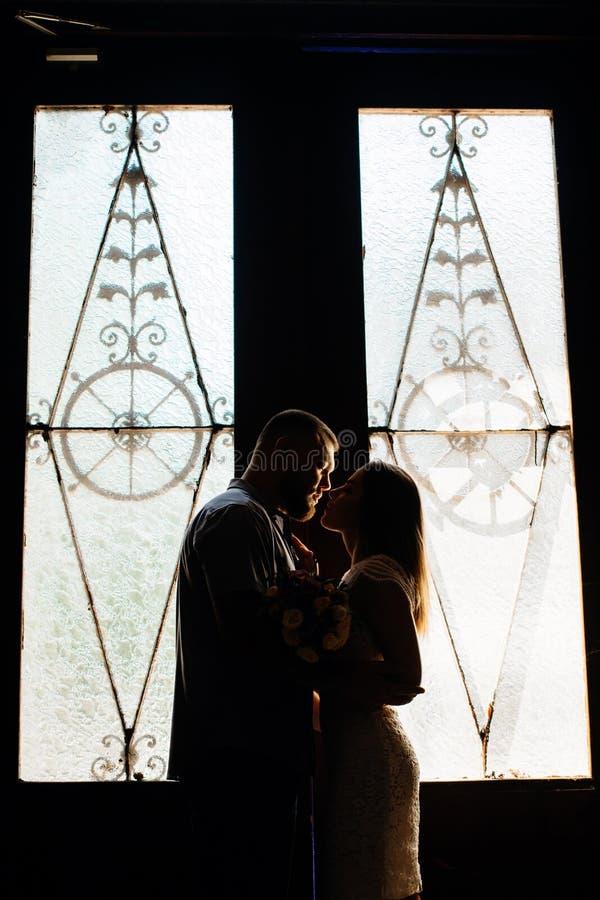Portret romantyczna para w backlight od okno drzwi lub, sylwetka para w drzwi z backlight, para o obrazy stock