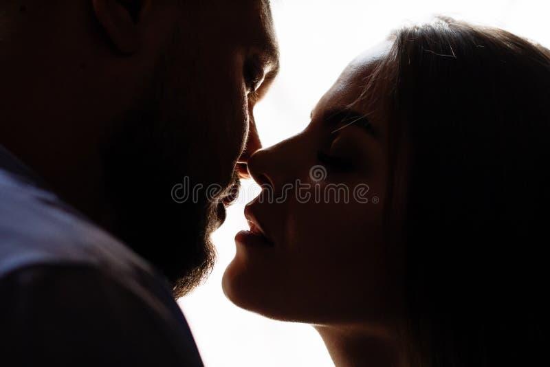Portret romantyczna para w backlight od okno drzwi lub, sylwetka para w drzwi z backlight, para o obrazy royalty free