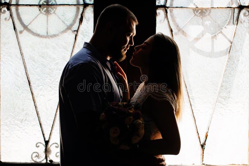 Portret romantyczna para w backlight od okno lub obraz stock