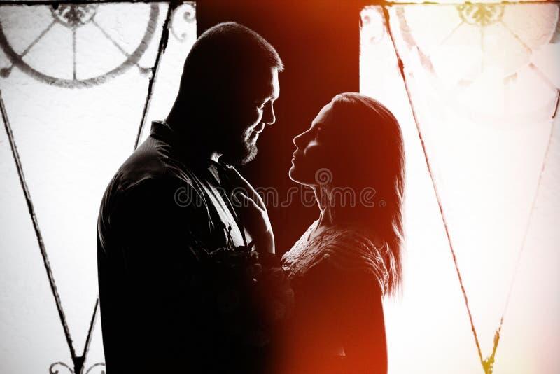 Portret romantycznej pary na podświetleniu z okna lub drzwi, sylwetka pary w drzwiach z podświetleniem, para fotografia stock