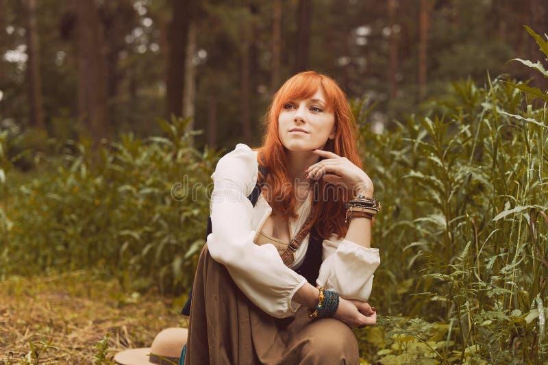 Portret romantyczny hipis kobiety uśmiech w drewnach zdjęcie stock