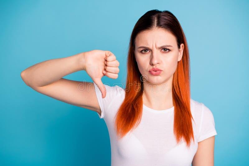 Portret rozczarowani smutni dama młodziena ludzie nie udać się marszczy brwi obraża komunikuje daje wiadomości odzieży modnej mło zdjęcie stock